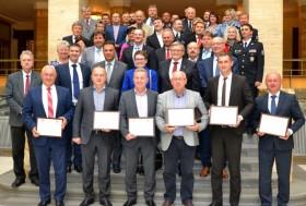 У Закарпатській облраді гетьман Височини урочисто вручив 6 сертифікатів на автомобілі для дорожніх служб краю